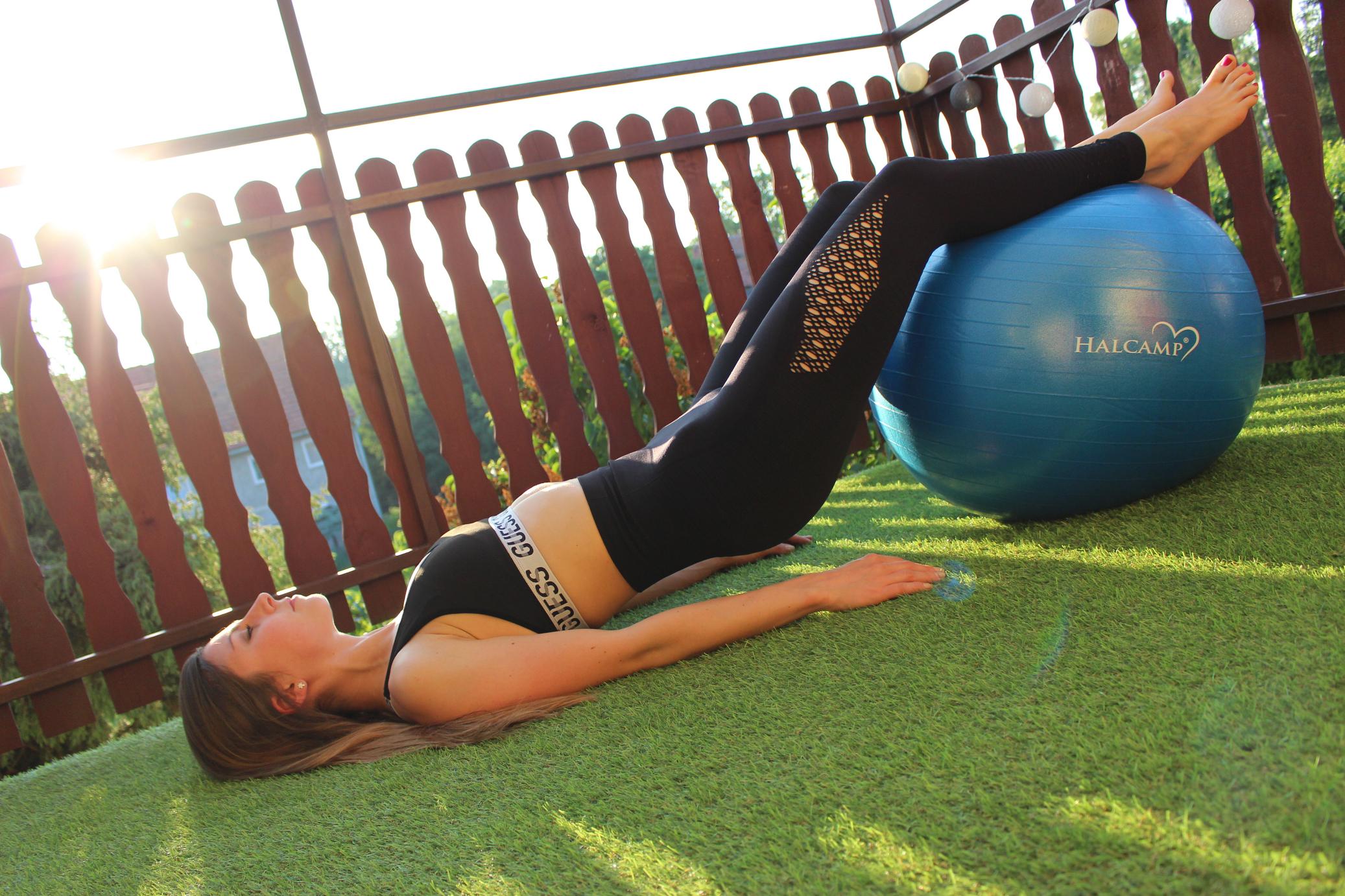 ćwiczenia z piłką na plecy i brzuch