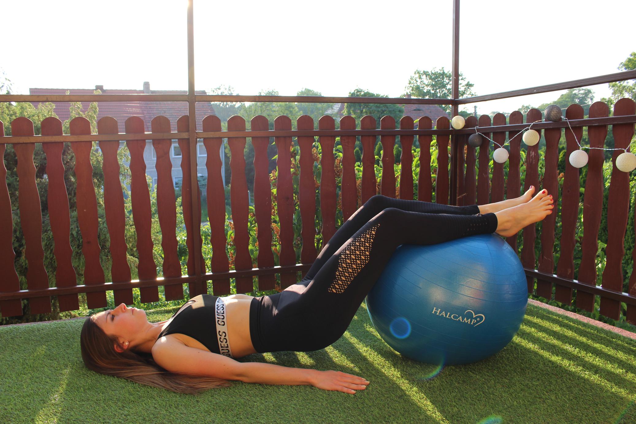 trening fitness z piłką
